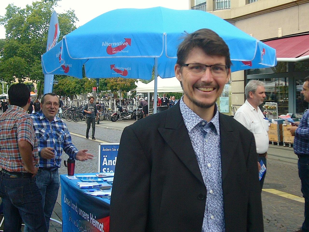 Stadtrat Dr. Paul Schmidt am Infostand auf dem Karlsruher Ludwigsplatz / Foto: AfD-Gemeinderat Karlsruhe