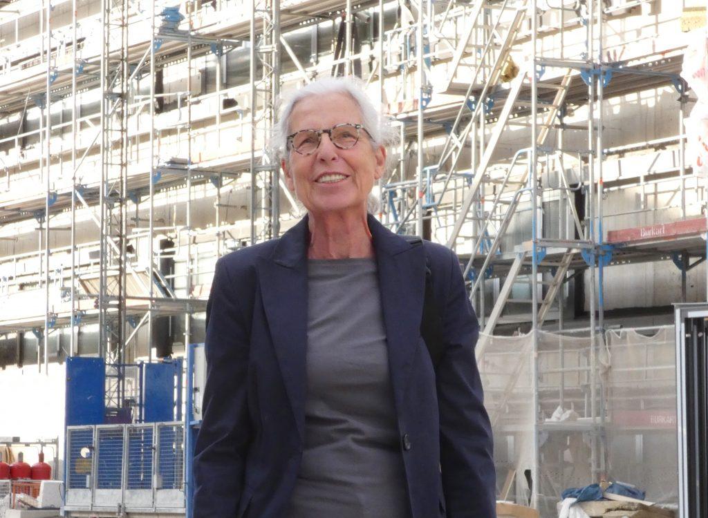 Ellen Fenrich vor Klinikum-Baustelle, Sept. 2019
